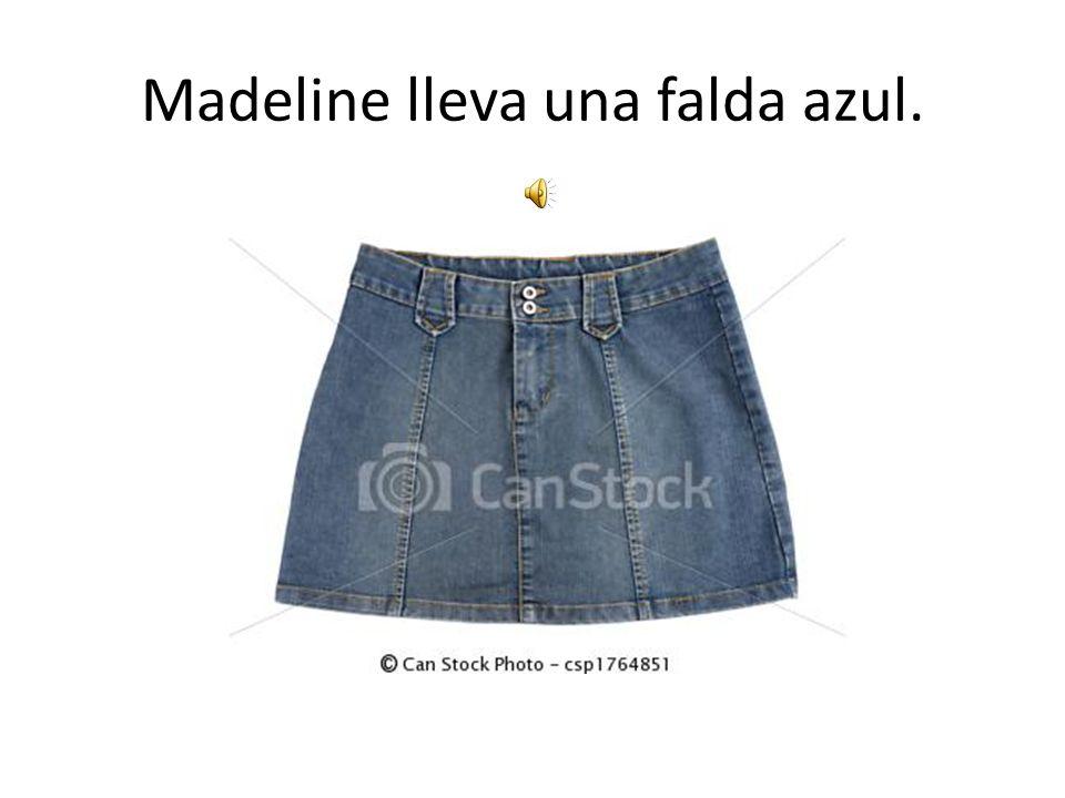 Madeline lleva una falda azul.