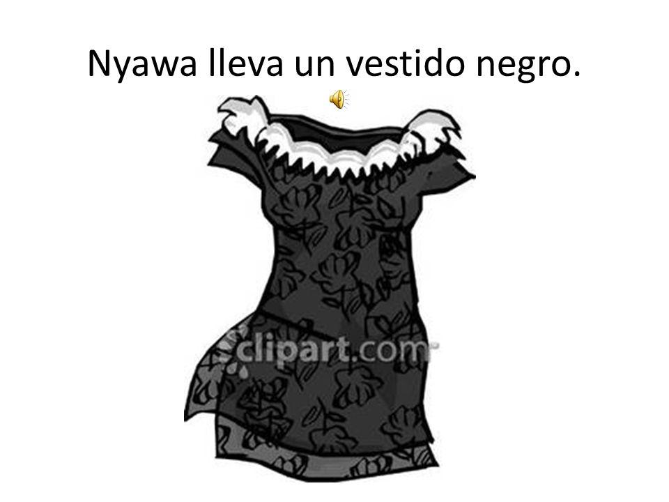 Nyawa lleva un vestido negro.