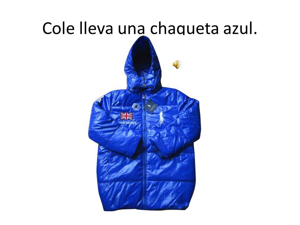 Cole lleva una chaqueta azul.