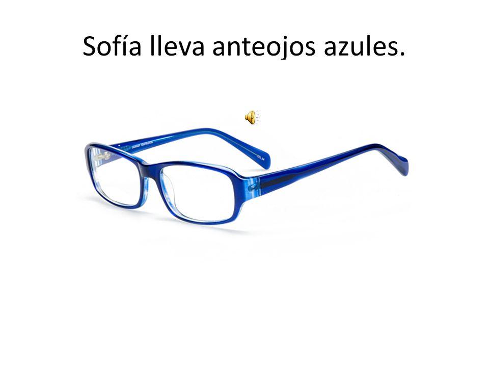 Sofía lleva anteojos azules.