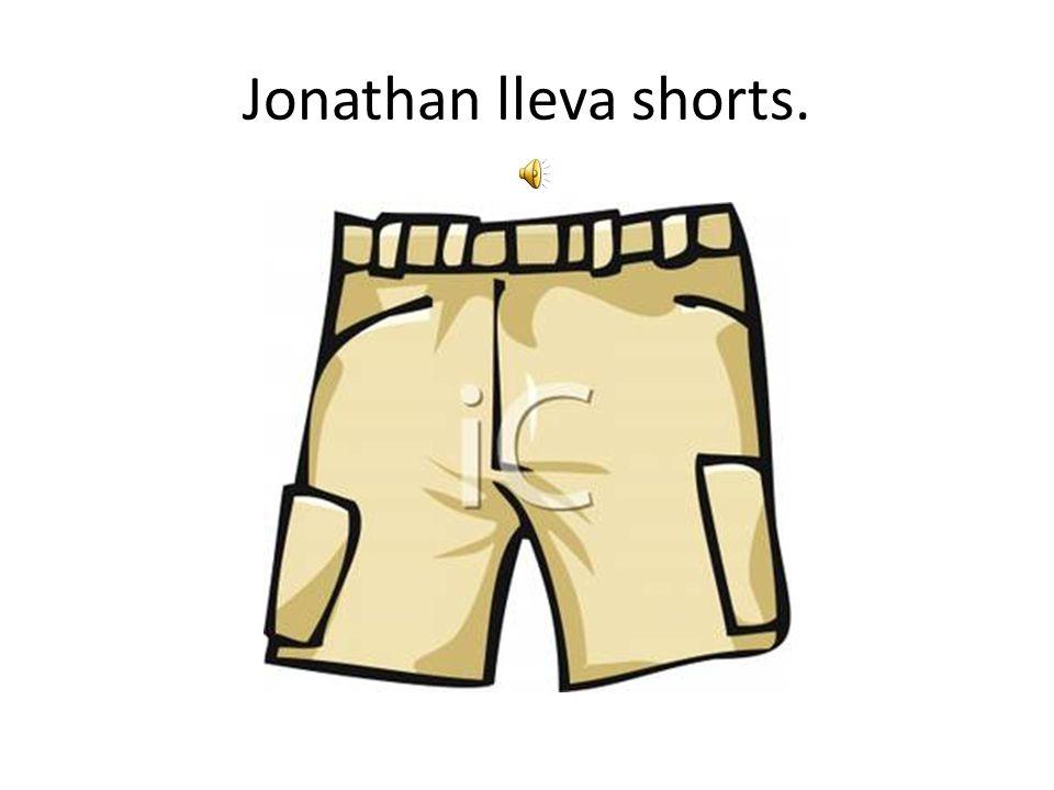 Jonathan lleva shorts.