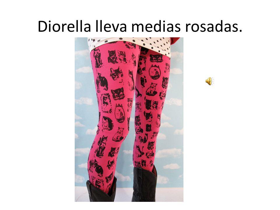 Diorella lleva medias rosadas.