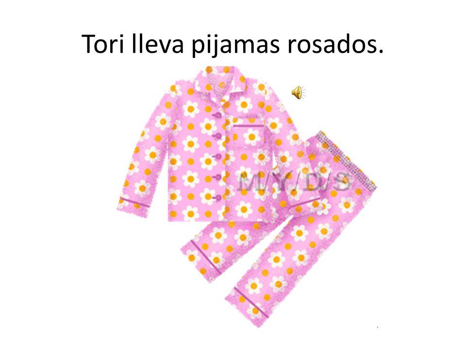 Tori lleva pijamas rosados.