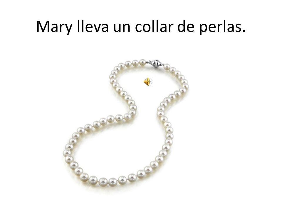Mary lleva un collar de perlas.