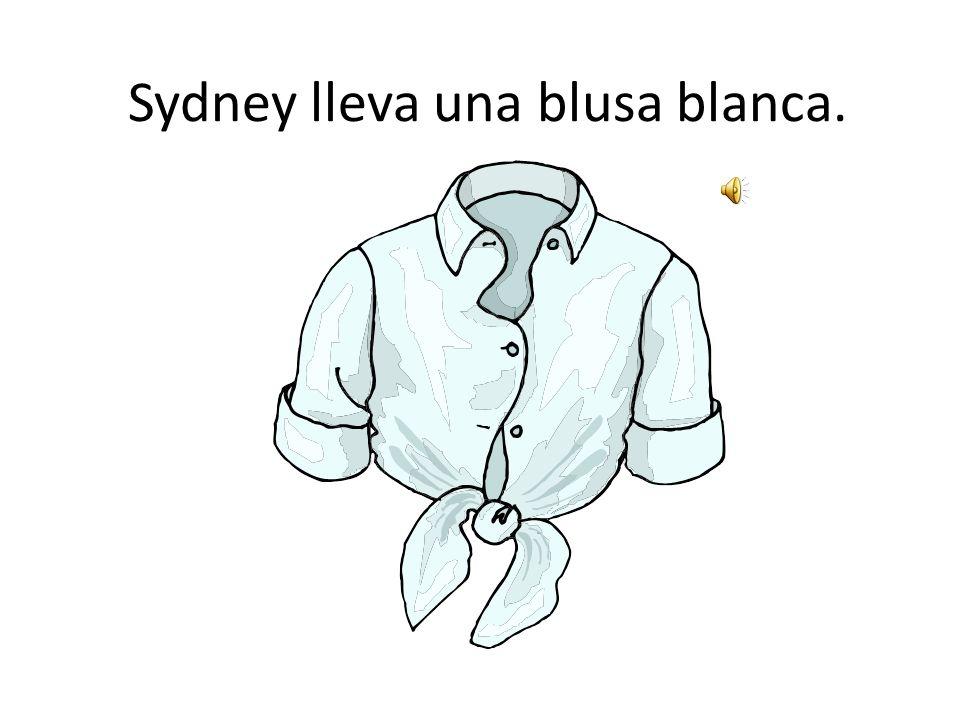 Sydney lleva una blusa blanca.