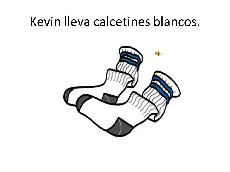Kevin lleva calcetines blancos.