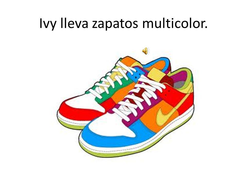 Ivy lleva zapatos multicolor.