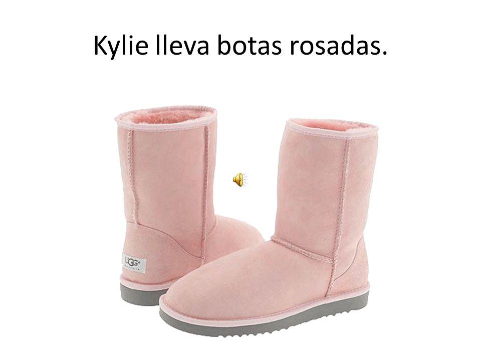 Kylie lleva botas rosadas.
