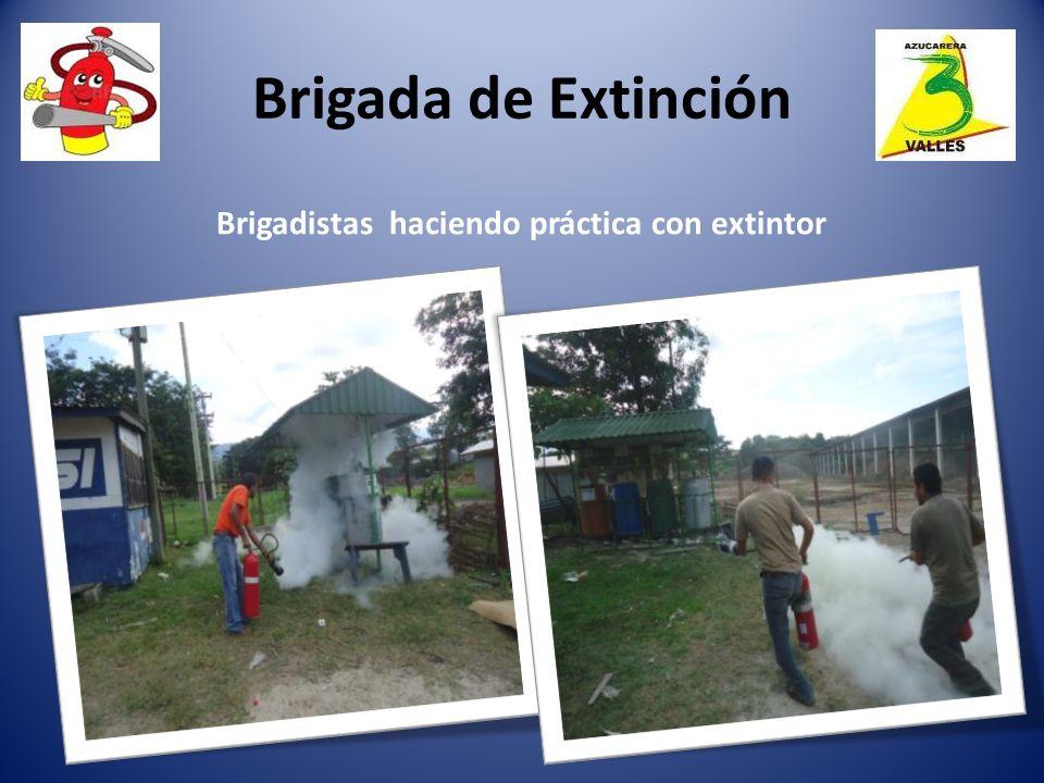 Brigadistas haciendo práctica con extintor