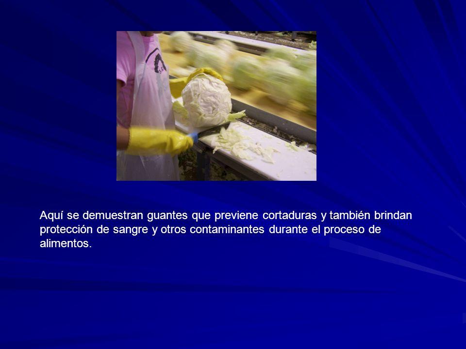 Aquí se demuestran guantes que previene cortaduras y también brindan protección de sangre y otros contaminantes durante el proceso de alimentos.