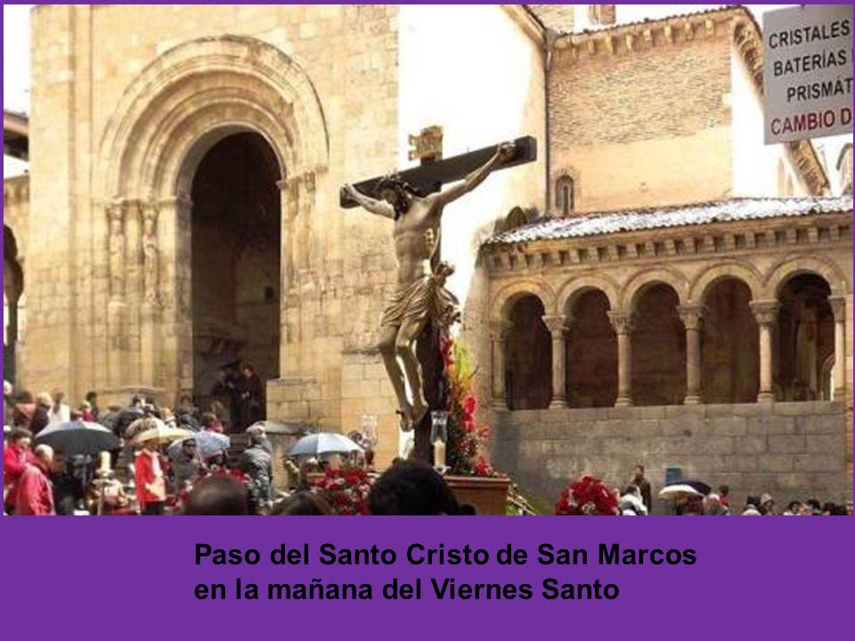 Paso del Santo Cristo de San Marcos en la mañana del Viernes Santo