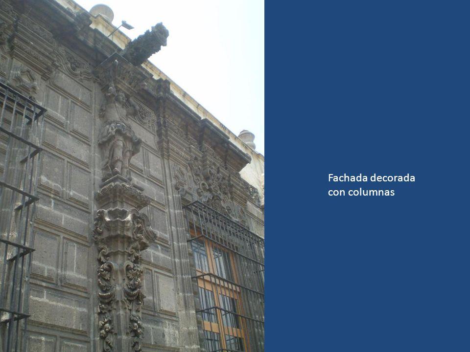 Fachada decorada con columnas