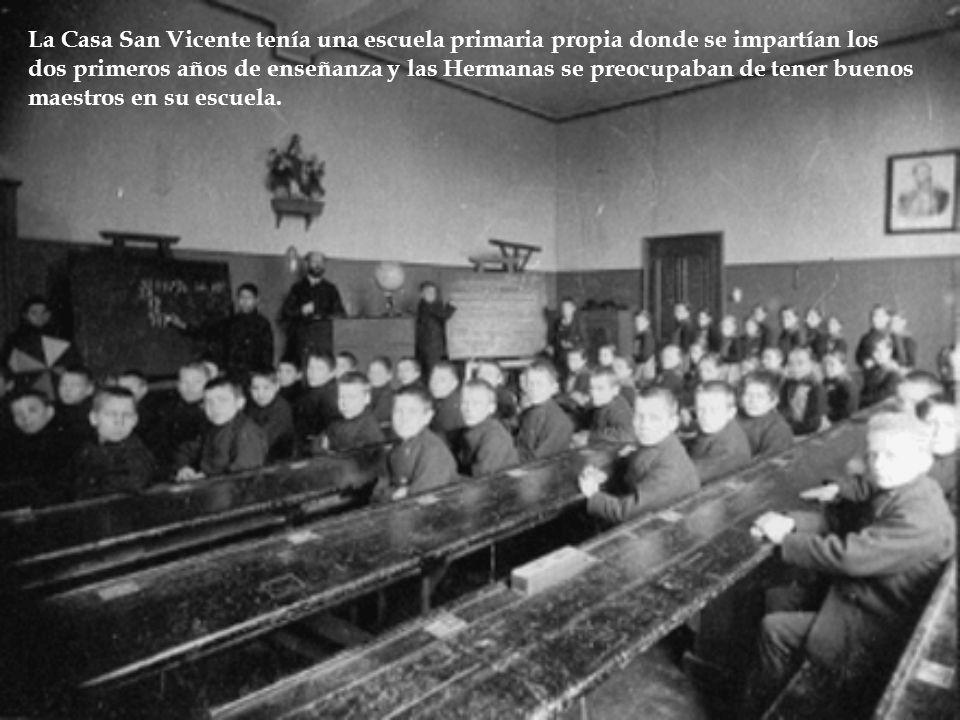 La Casa San Vicente tenía una escuela primaria propia donde se impartían los dos primeros años de enseñanza y las Hermanas se preocupaban de tener buenos maestros en su escuela.