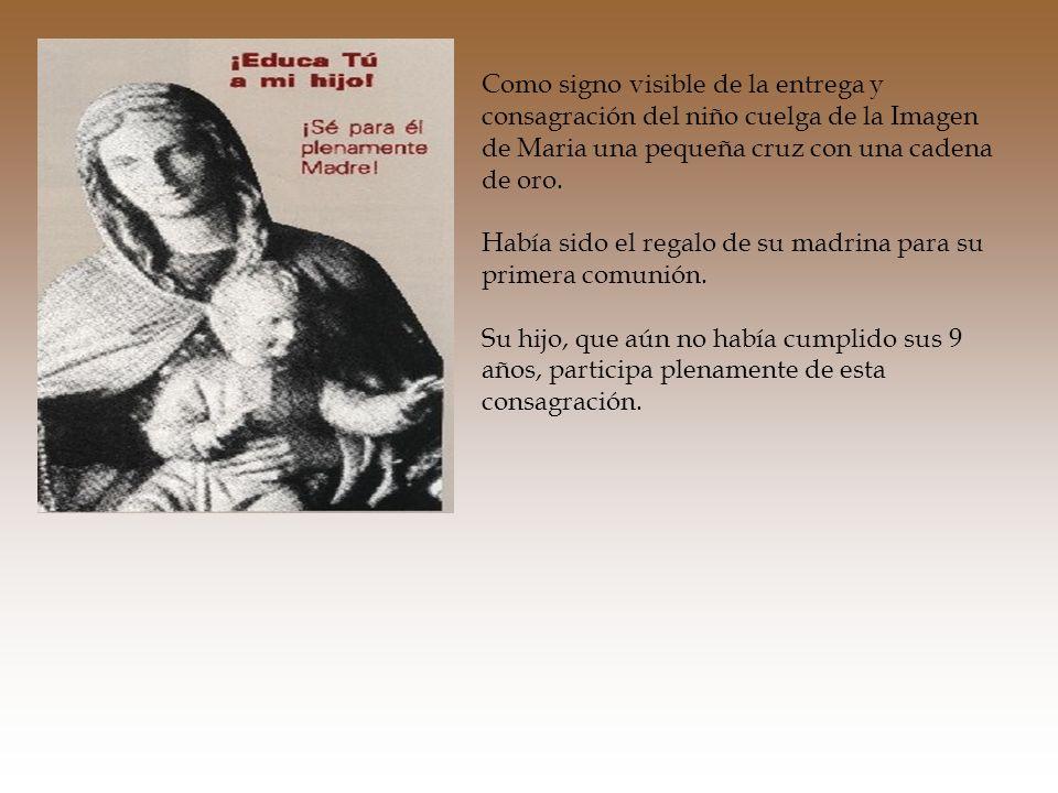 Como signo visible de la entrega y consagración del niño cuelga de la Imagen de Maria una pequeña cruz con una cadena de oro.