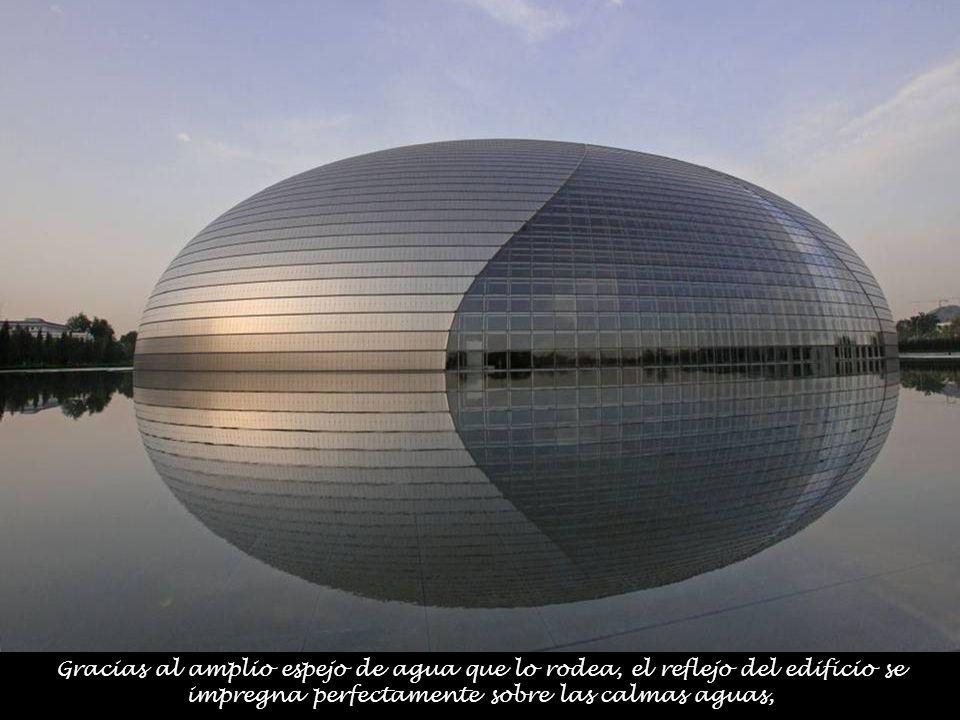 Gracias al amplio espejo de agua que lo rodea, el reflejo del edificio se impregna perfectamente sobre las calmas aguas,