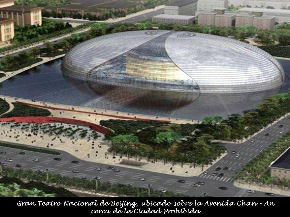 Gran Teatro Nacional de Beijing, ubicado sobre la Avenida Chan - An cerca de la Ciudad Prohibida