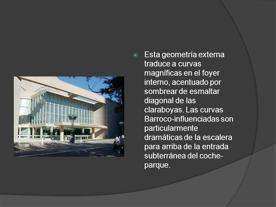 Esta geometría externa traduce a curvas magníficas en el foyer interno, acentuado por sombrear de esmaltar diagonal de las claraboyas.
