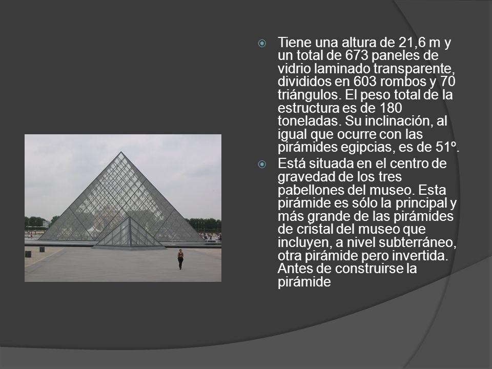 Tiene una altura de 21,6 m y un total de 673 paneles de vidrio laminado transparente, divididos en 603 rombos y 70 triángulos. El peso total de la estructura es de 180 toneladas. Su inclinación, al igual que ocurre con las pirámides egipcias, es de 51º.
