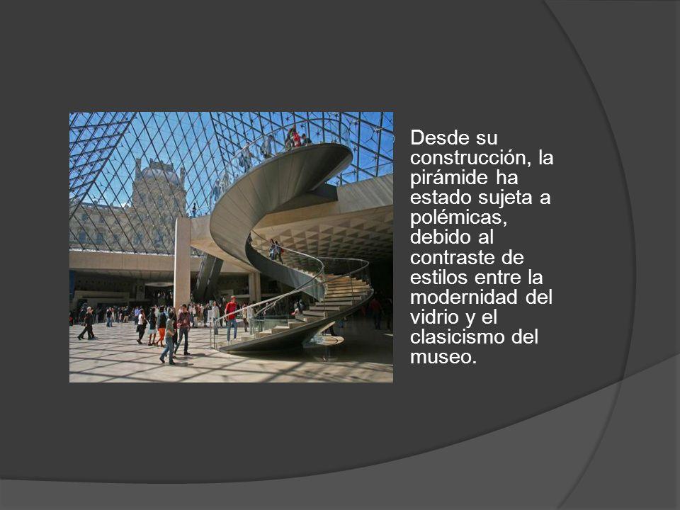 Desde su construcción, la pirámide ha estado sujeta a polémicas, debido al contraste de estilos entre la modernidad del vidrio y el clasicismo del museo.