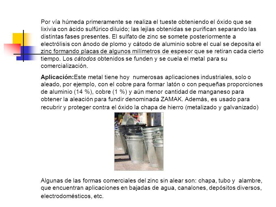 Por vía húmeda primeramente se realiza el tueste obteniendo el óxido que se lixivia con ácido sulfúrico diluido; las lejías obtenidas se purifican separando las distintas fases presentes. El sulfato de zinc se somete posteriormente a electrólisis con ánodo de plomo y cátodo de aluminio sobre el cual se deposita el zinc formando placas de algunos milímetros de espesor que se retiran cada cierto tiempo. Los cátodos obtenidos se funden y se cuela el metal para su comercialización.