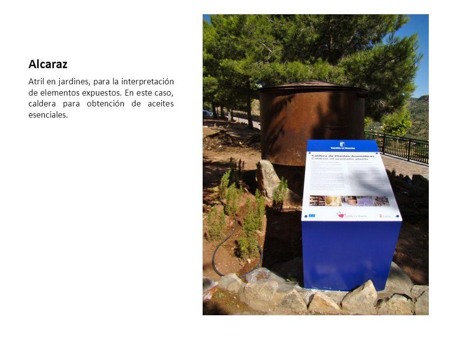 Alcaraz Atril en jardines, para la interpretación de elementos expuestos.