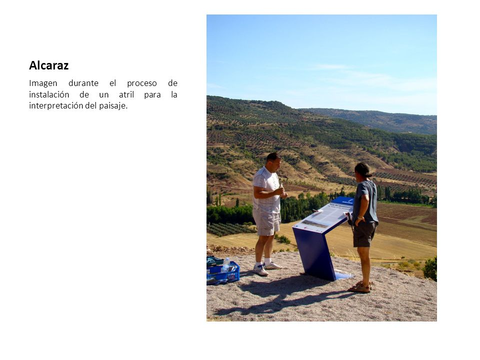 Alcaraz Imagen durante el proceso de instalación de un atril para la interpretación del paisaje.