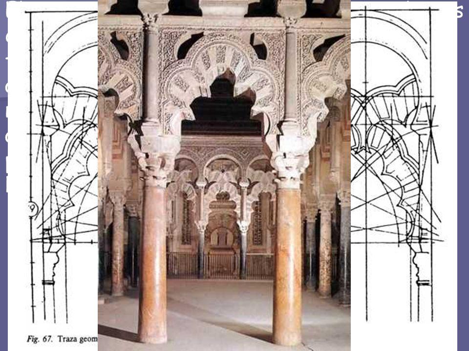 El tramo ante el mihrab en la nave central y sus dos adyacentes, todos cubiertos con cúpulas, forman la MAQSURA, quedando el espacio aislado del resto, incluso visualmente, por un nuevo sistema de arcos tirantes, a base de arcos lobulados entrecruzados en aspa en la parte inferior, y sobremontados por arcos de herradura.