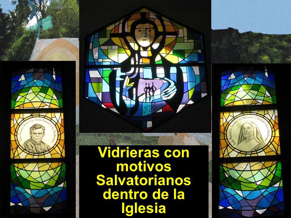 Vidrieras con motivos Salvatorianos dentro de la Iglesia