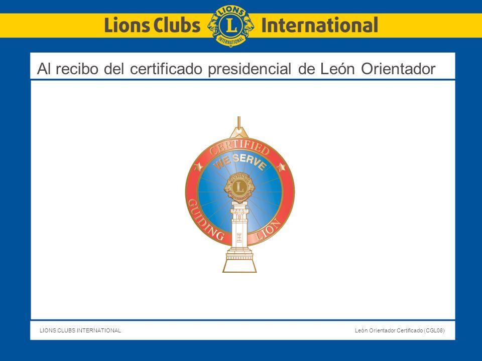 Al recibo del certificado presidencial de León Orientador
