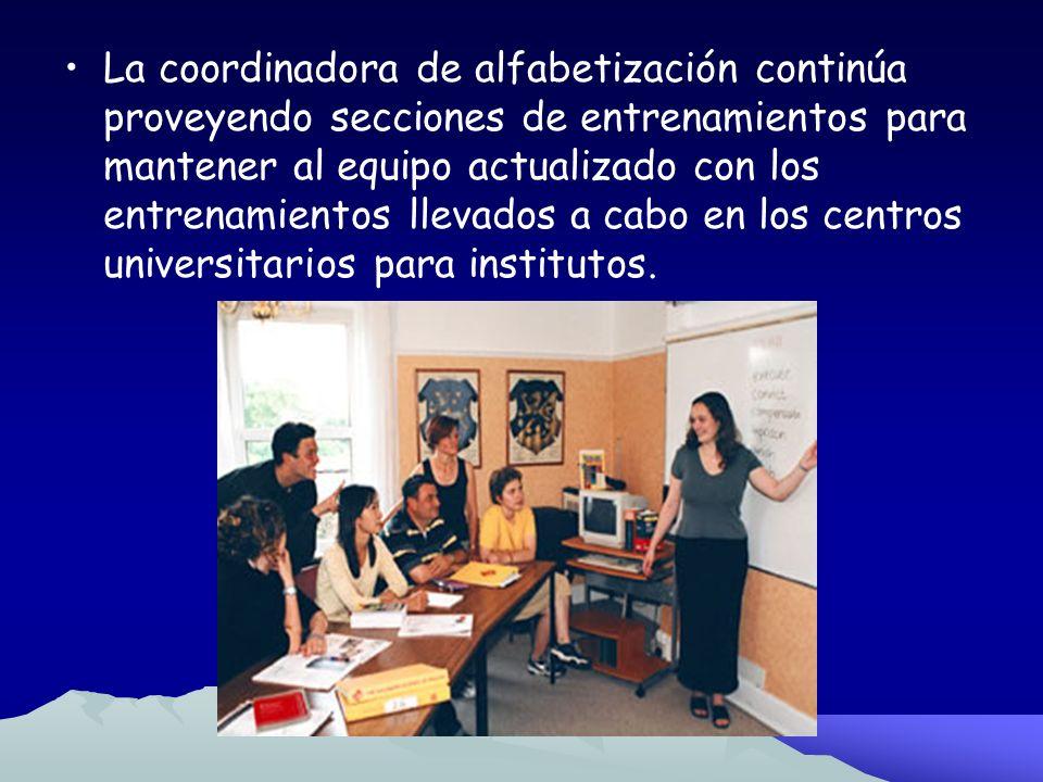 La coordinadora de alfabetización continúa proveyendo secciones de entrenamientos para mantener al equipo actualizado con los entrenamientos llevados a cabo en los centros universitarios para institutos.