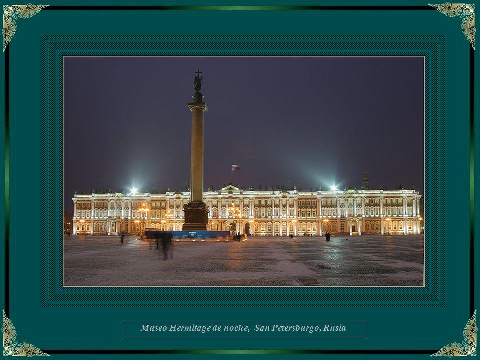 Museo Hermitage de noche, San Petersburgo, Rusia