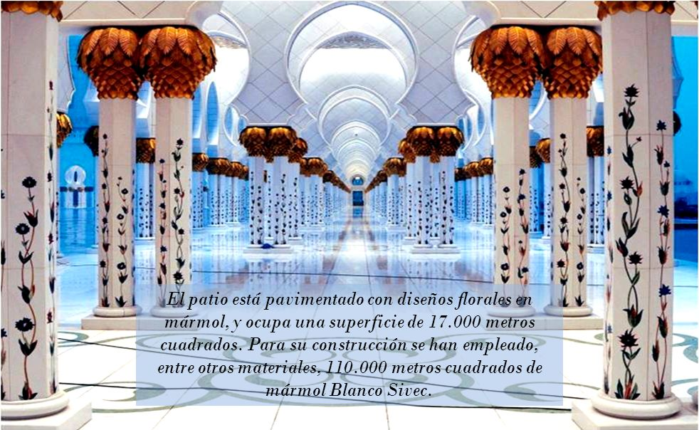 El patio está pavimentado con diseños florales en mármol, y ocupa una superficie de 17.000 metros cuadrados.