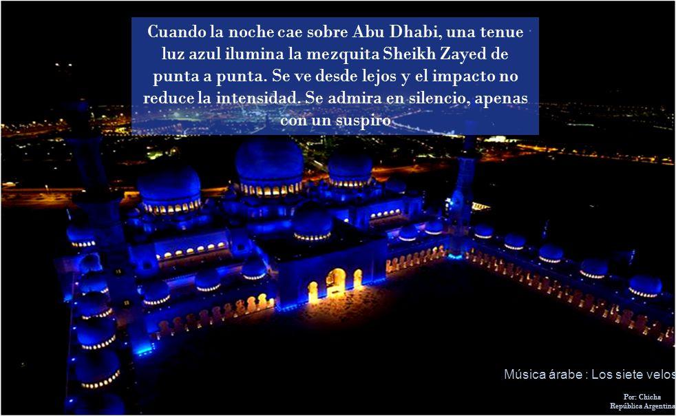 Cuando la noche cae sobre Abu Dhabi, una tenue luz azul ilumina la mezquita Sheikh Zayed de punta a punta. Se ve desde lejos y el impacto no reduce la intensidad. Se admira en silencio, apenas con un suspiro