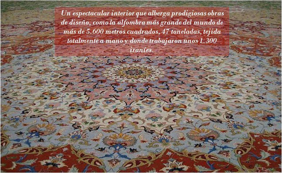 Un espectacular interior que alberga prodigiosas obras de diseño, como la alfombra más grande del mundo de más de 5.600 metros cuadrados, 47 toneladas, tejida totalmente a mano y donde trabajaron unos 1.300 iraníes.