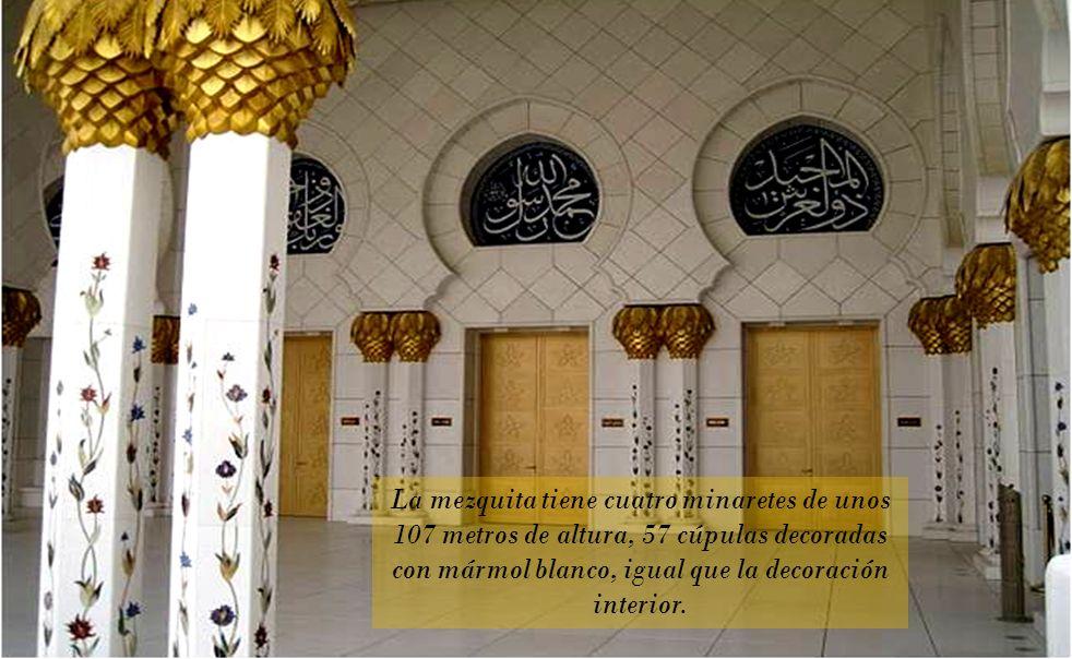 La mezquita tiene cuatro minaretes de unos 107 metros de altura, 57 cúpulas decoradas con mármol blanco, igual que la decoración interior.