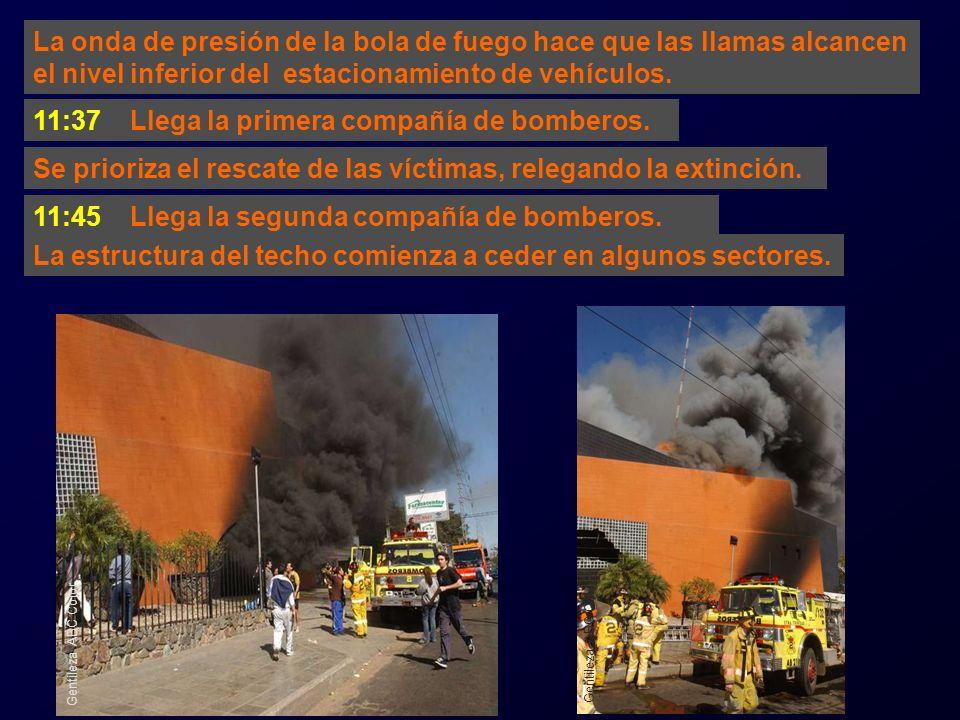 11:37 Llega la primera compañía de bomberos.