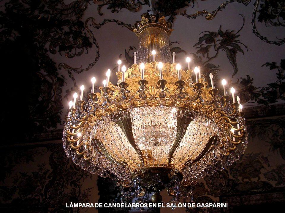 LÁMPARA DE CANDELABROS EN EL SALÓN DE GASPARINI