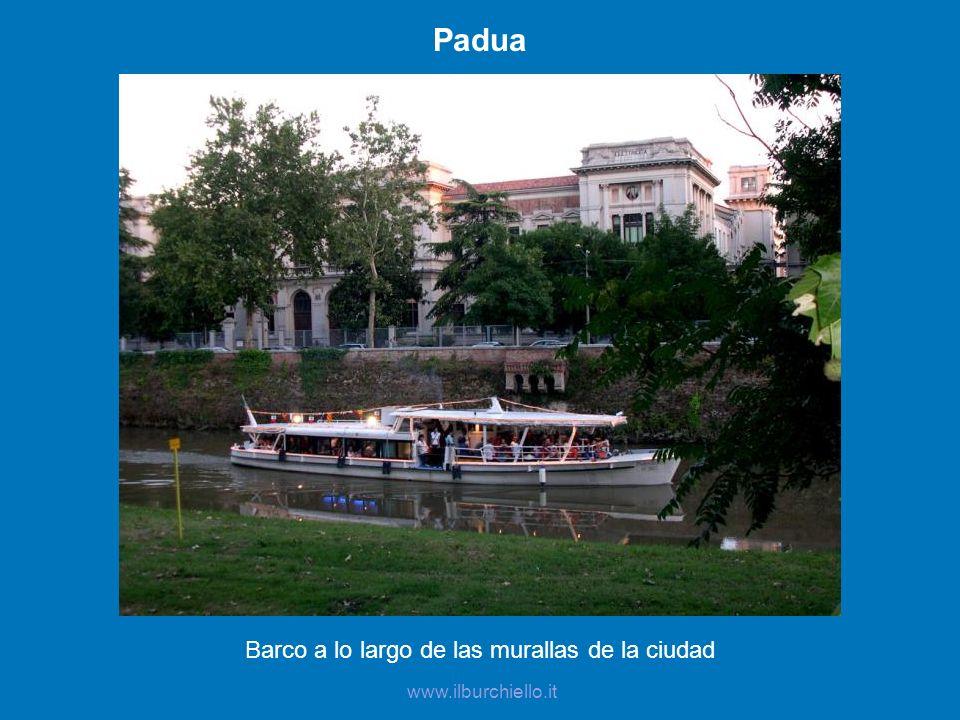 Barco a lo largo de las murallas de la ciudad