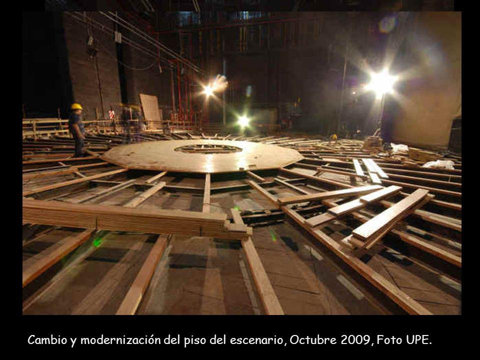 Cambio y modernización del piso del escenario, Octubre 2009, Foto UPE.