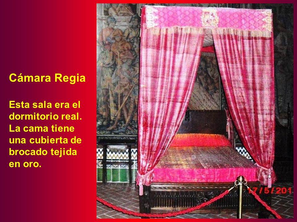 Cámara Regia Esta sala era el dormitorio real. La cama tiene una cubierta de brocado tejida en oro.