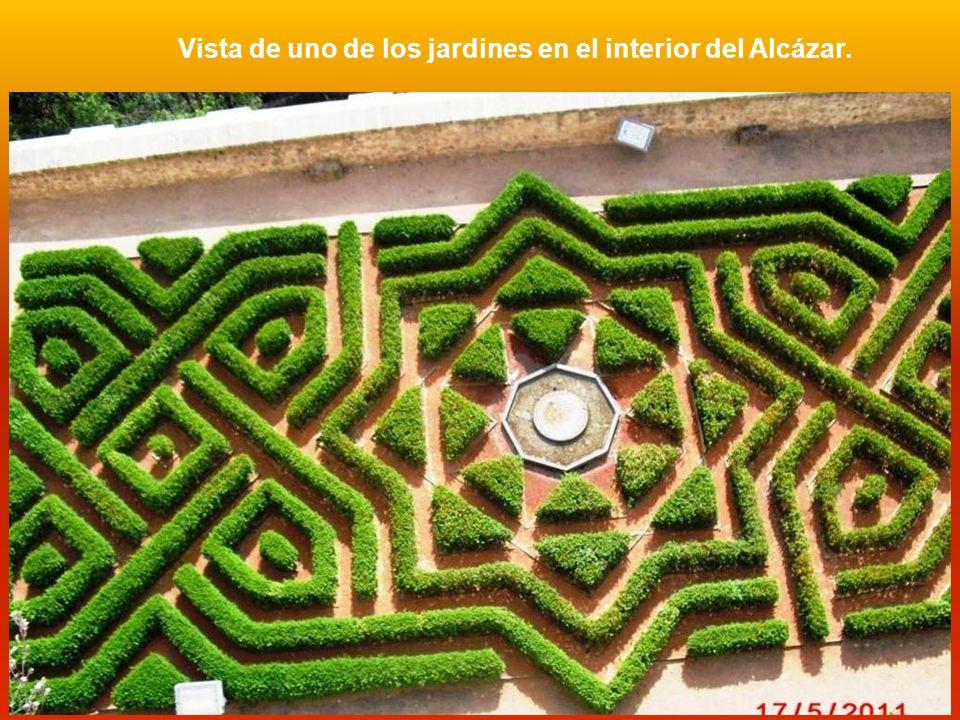 Vista de uno de los jardines en el interior del Alcázar.