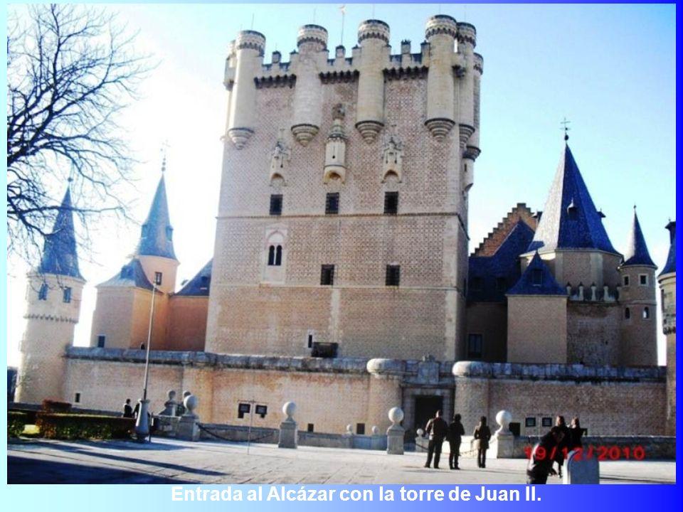 Entrada al Alcázar con la torre de Juan II.