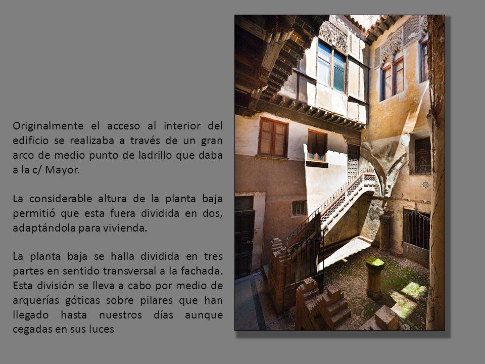 Originalmente el acceso al interior del edificio se realizaba a través de un gran arco de medio punto de ladrillo que daba a la c/ Mayor.
