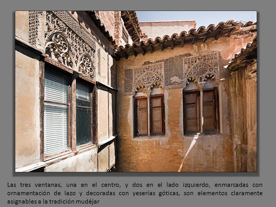Las tres ventanas, una en el centro, y dos en el lado izquierdo, enmarcadas con ornamentación de lazo y decoradas con yeserías góticas, son elementos claramente asignables a la tradición mudéjar