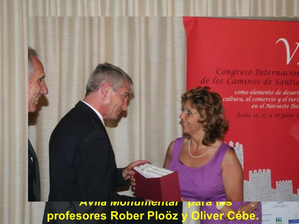 Obsequio de tres volúmenes de la obra Ávila Monumental para los profesores Rober Ploöz y Oliver Cébe.