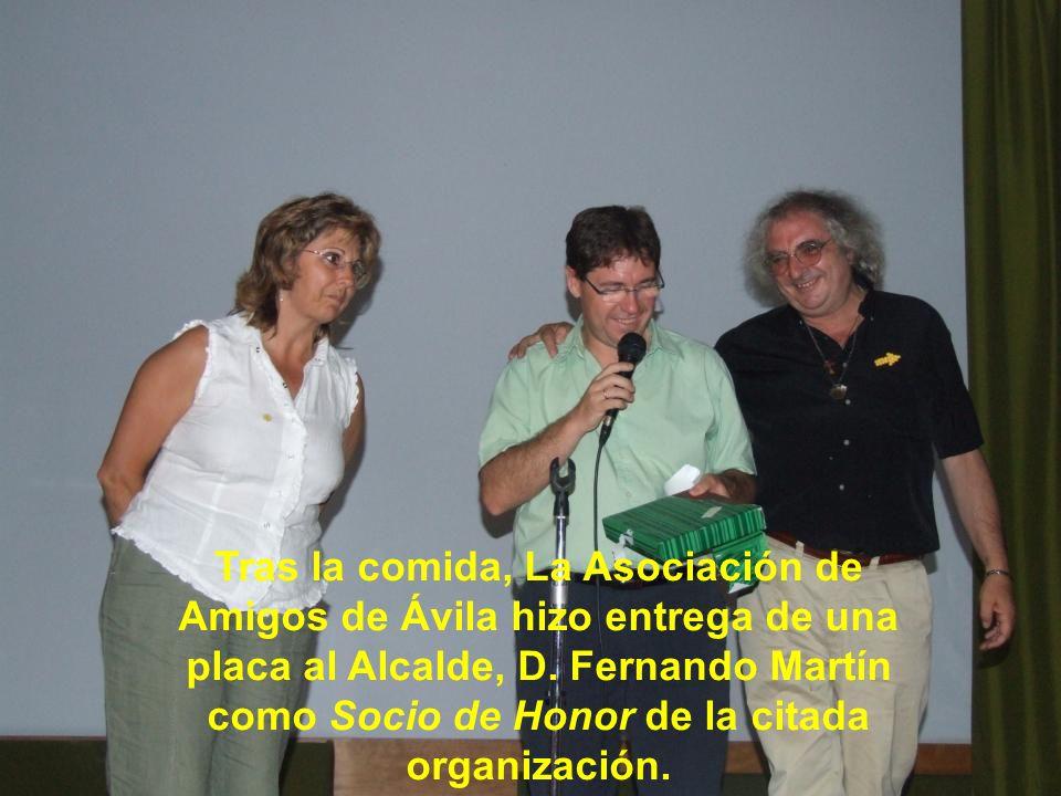 Tras la comida, La Asociación de Amigos de Ávila hizo entrega de una placa al Alcalde, D.