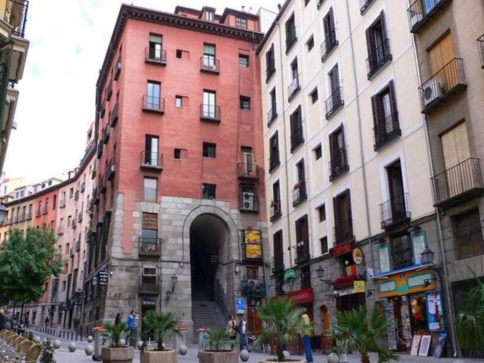 Es la más famosa de las nueve puertas de la Plaza Mayor.