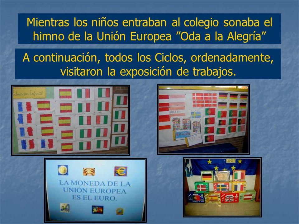 Mientras los niños entraban al colegio sonaba el himno de la Unión Europea Oda a la Alegría
