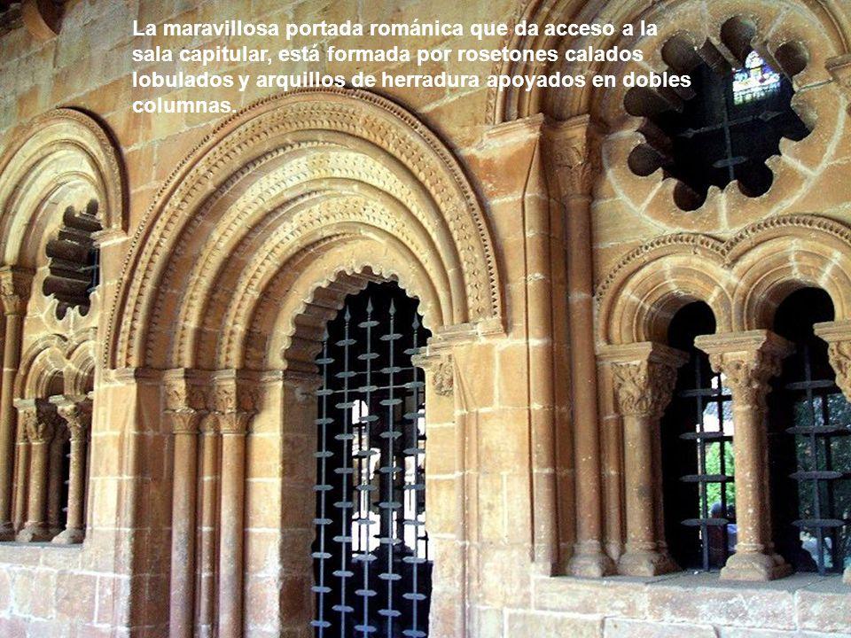 La maravillosa portada románica que da acceso a la sala capitular, está formada por rosetones calados lobulados y arquillos de herradura apoyados en dobles columnas.