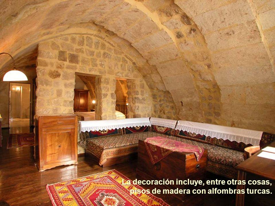 La decoración incluye, entre otras cosas, pisos de madera con alfombras turcas.